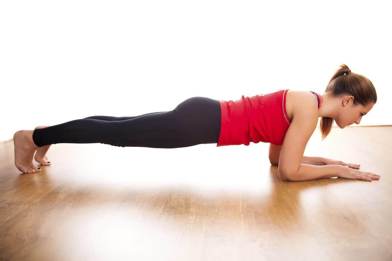 Thực hiện các bài tập giảm mỡ bụng như plank