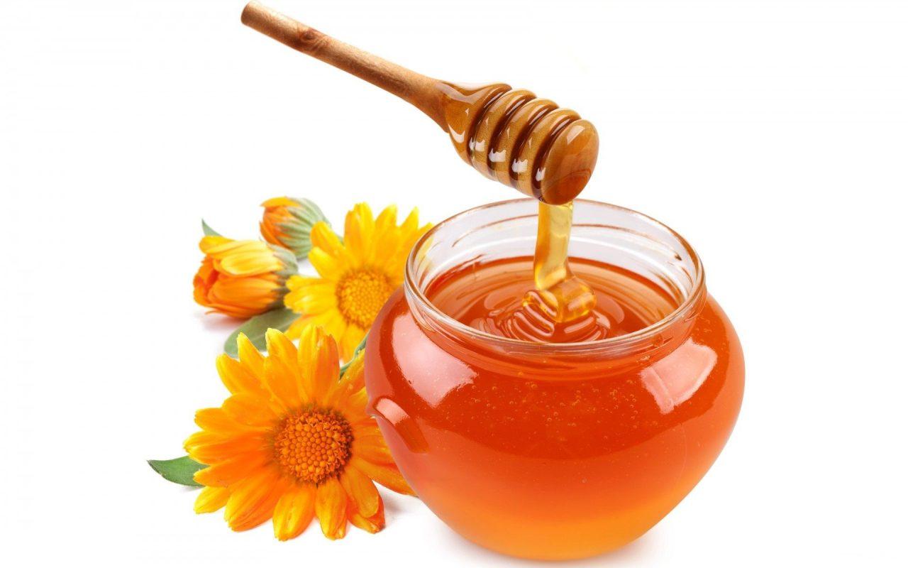 Công thức 3: Đắp mặt nạ rau má và mật ong