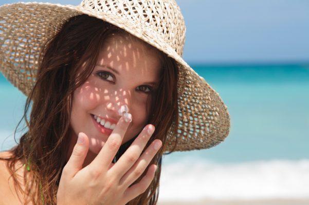 Bảo vệ da khỏi nắng trực tiếp bằng mũ rộng vành, khẩu trang, thoa kem chống nắng 30 phút trước khi đi ra ngoài