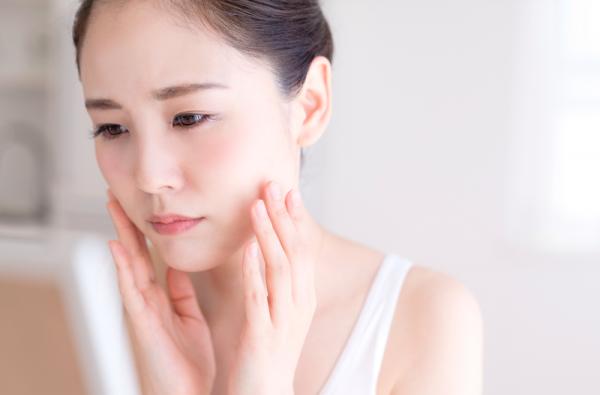 Việc dùng thuốc lột mặt trị nám khiến làn da mất đi lớp sắc tố trên bề mặt da