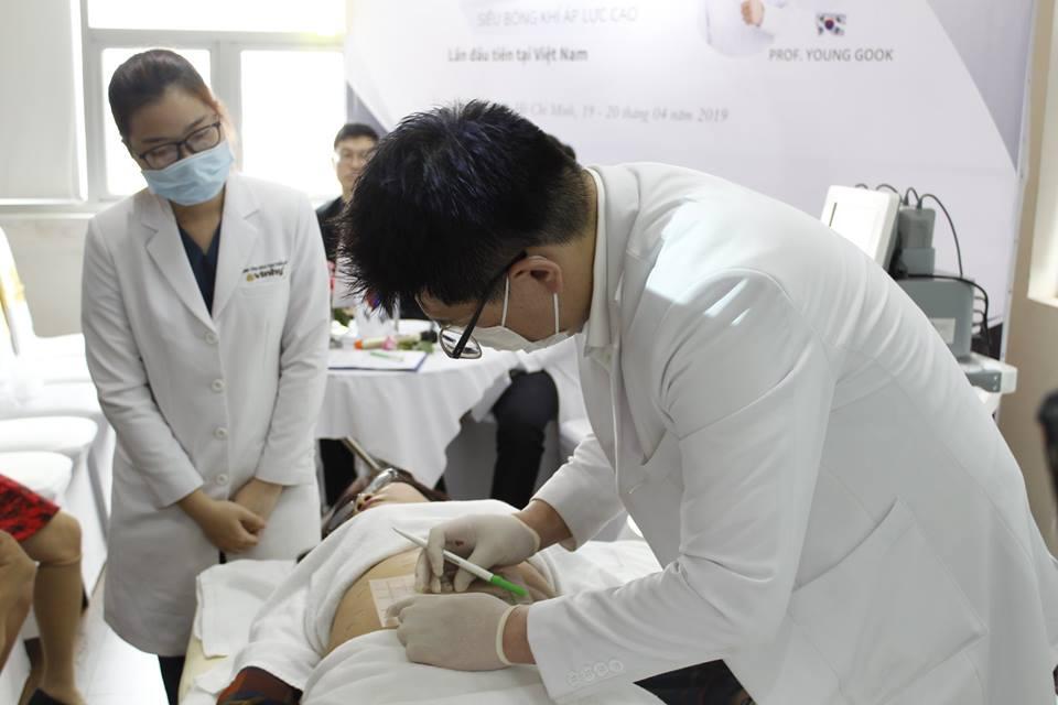 chuẩn bị điều trị cho bệnh nhân