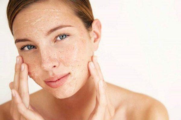 Tẩy da chết giúp loại bỏ các lớp sừng còn sót lại trên da